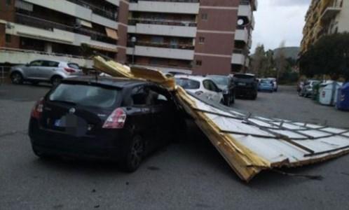 Maltempo Crotone, tettoia in lamiera finisce su auto parcheggiate