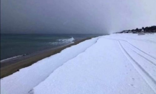 Lo spettacolo della neve sul mare, Calabria nella morsa del gelo: diverse scuole chiuse - VIDEO