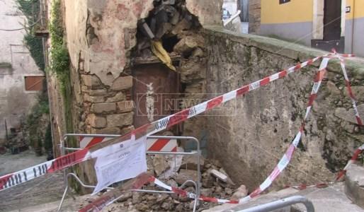 Passaggio vietato su Via del Seggio nel centro storico di Cosenza