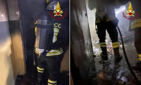 Incendio in una ex scuola di Catanzaro, a fuoco rifiuti depositati in una stanza
