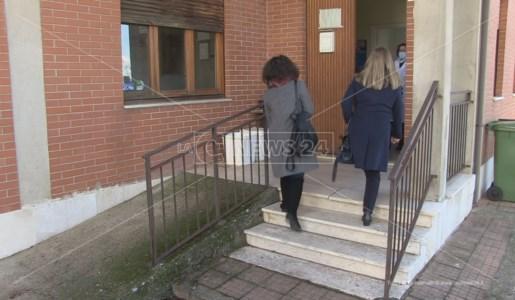 L'ingresso delle attiviste nel consultorio di Celico