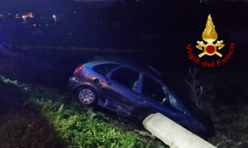 Incidente a Davoli Marina, perde il controllo dell'auto e finisce in un canale