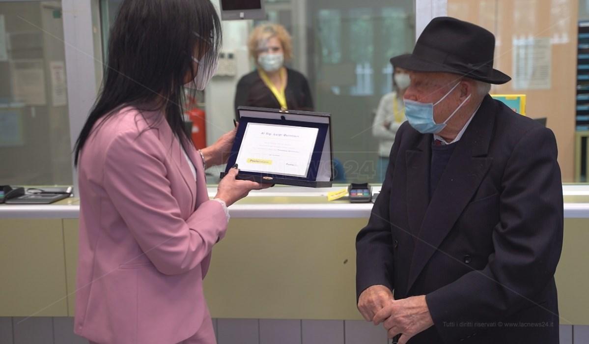 La consegna della targa al nonno digitale