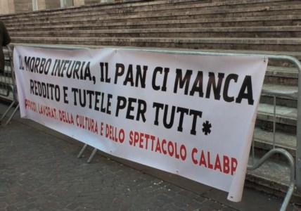 La Calabria dello Spettacolo in piazza per chiedere aiuto al Governo: «Di cultura si mangia»
