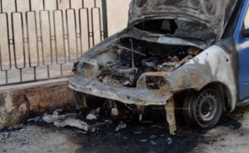 Una delle auto in fiamme