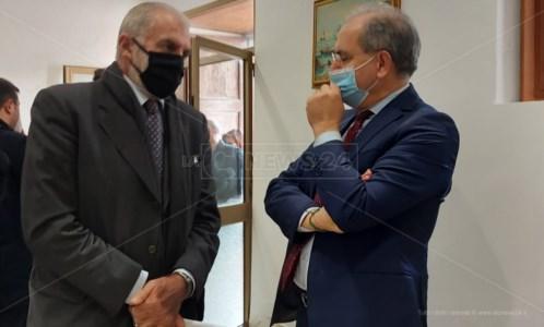 Il sindaco sospeso Paolo Mascaro si confronta con il commissario prefettizio Giuseppe Priolo