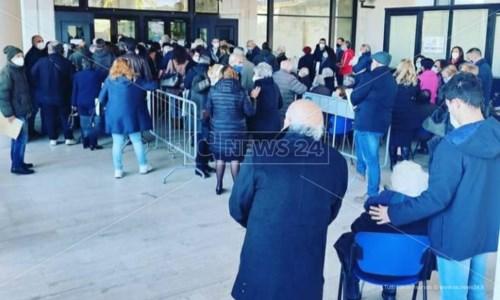 Anziani in fila in attesa del vaccino