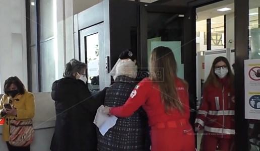 «A 91 anni 4 ore su un muretto ad attendere il vaccino»: parla chi era in coda a Reggio