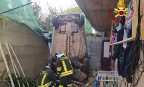 Maida, auto perde il controllo e finisce in un cortile: feriti mamma e figlio di 4 anni