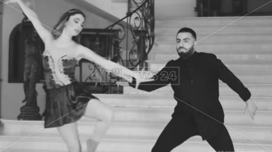 Ballerini piegati dalla pandemia, da Riace un messaggio di speranza
