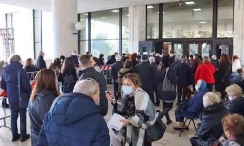 Gli anziani in fila Reggio Calabria per il vaccino
