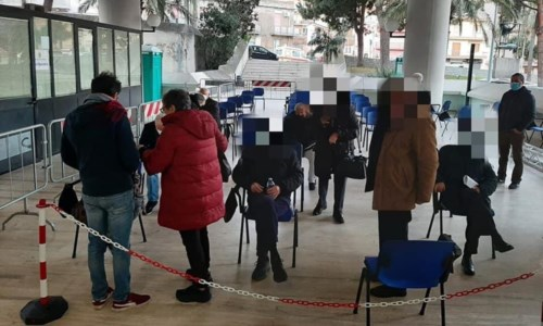 Caos vaccini a Reggio Calabria, l'Asp: «Molti anziani non avevano la prenotazione»