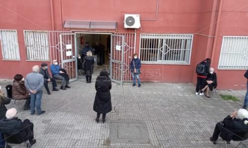 Gli anziani in attesa della somministrazione