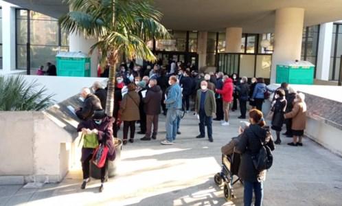 Vaccini anti-Covid a Reggio, «con la prenotazione online non ci sarebbe stato caos»