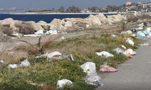 Un tratto della Gallico-Catona invaso dai rifiuti