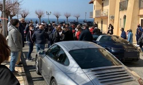 San Lucido, decine di persone assembrate al raduno Porsche: è bufera sui social