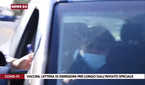 L'Inviato speciale di LaC consegna a Longo l'invito a dimettersi ma lui scappa