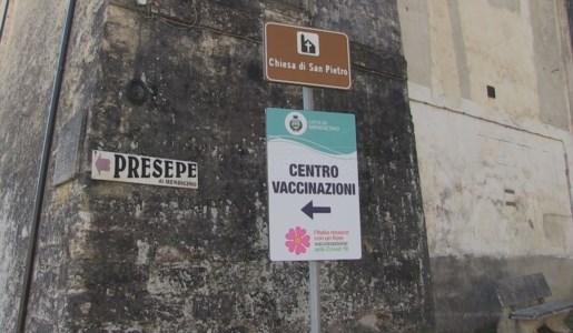 L'indicazione all'ingresso della chiesa di San Pietro di Mendicino in cui è ospitato un punto di vaccinazione