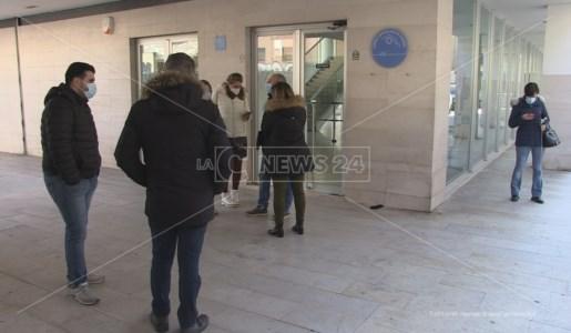 Una rappresentanza dei concorsisti davanti la direzione dell'Azienda Ospedaliera di Cosenza