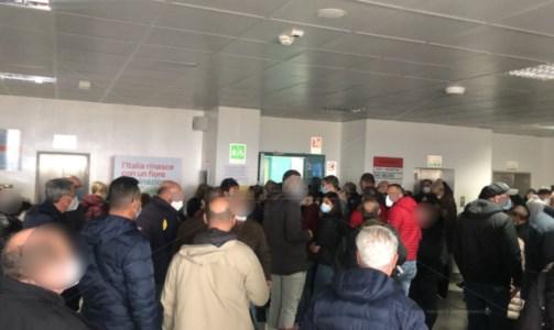 """Vaccini """"pro"""" Covid, girone dantesco al Gom di Reggio Calabria: centinaia in una stanza"""