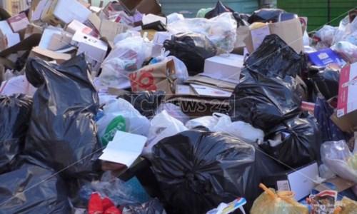 Rifiuti Crotone, il Comune batte cassa alla Regione sui canoni per l'uso della discarica