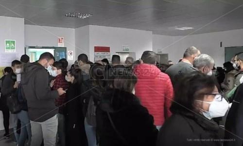 Caos vaccini a Reggio, la rabbia di chi era in fila al Gom: «Il Covid rischiamo di prenderlo qui»