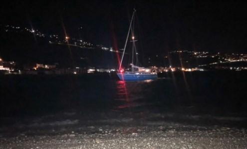 Cetraro, s'incagliano con una barca a vela nei bassi fondali: salvati