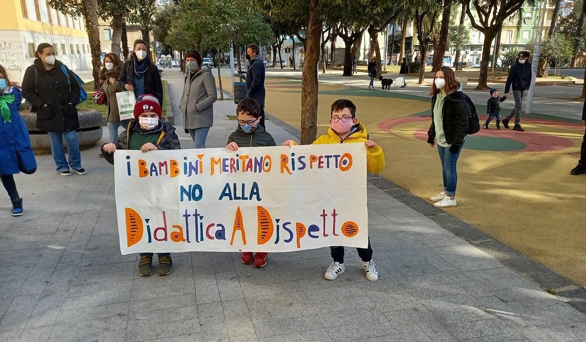Sit-in di protesta delle famiglie a Cosenza
