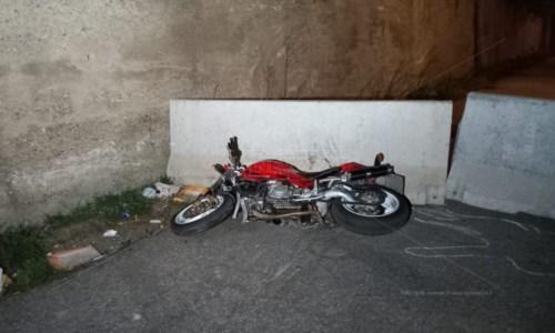 Incidente a Cosenza, si schianta con la moto su barriere di cemento: muore 33enne