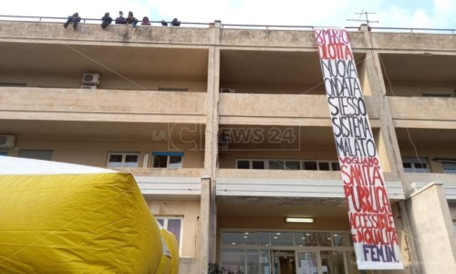 Cosenza, salgono sul tetto dell'Asp per manifestare contro le inefficienze delle Usca