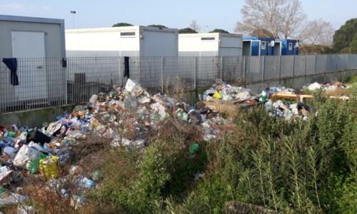 Cumuli di rifiuti fuori dal campo migranti di San Ferdinando