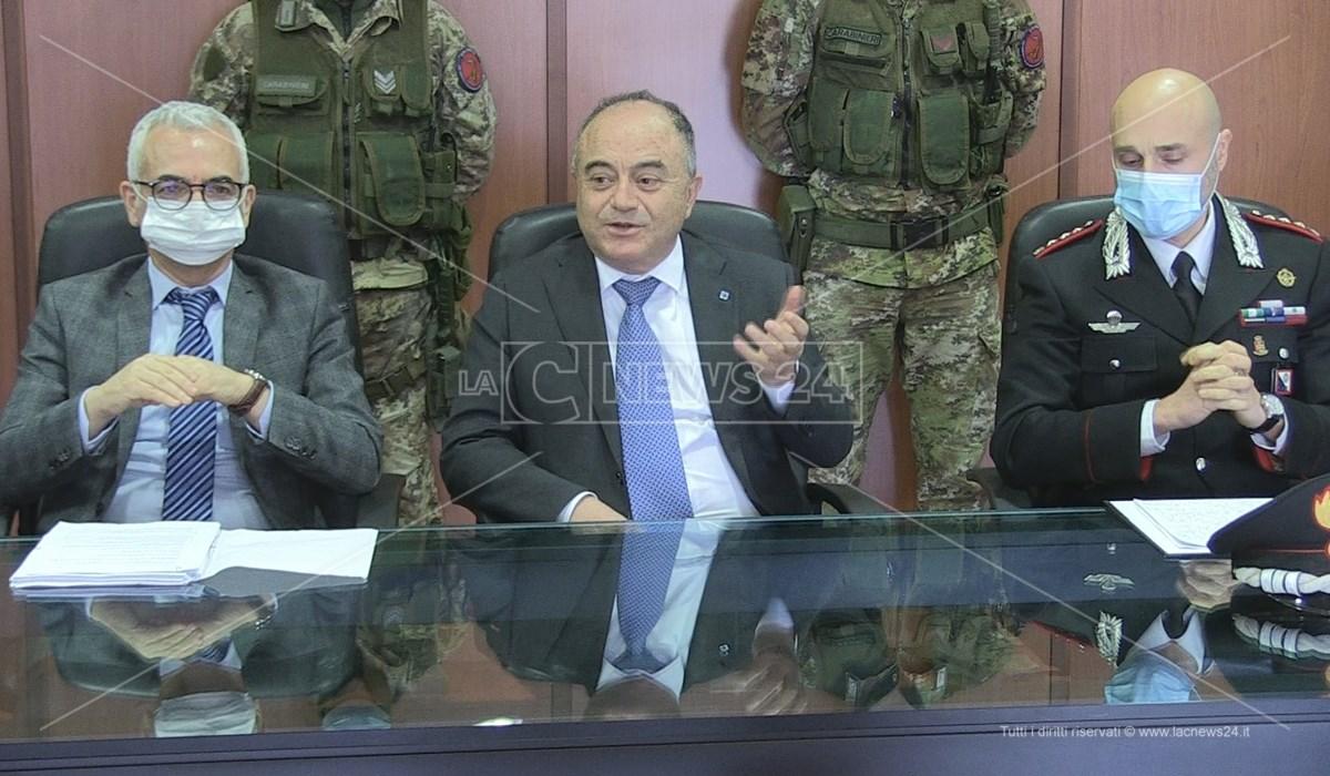Il procuratore Gratteri in conferenza stampa insieme all'aggiunto Capomolla ed al colonnello Sutera