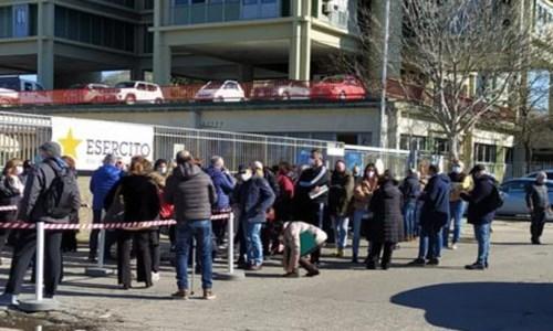La fila delle persone in attesa del vaccino questa mattina a Cosenza