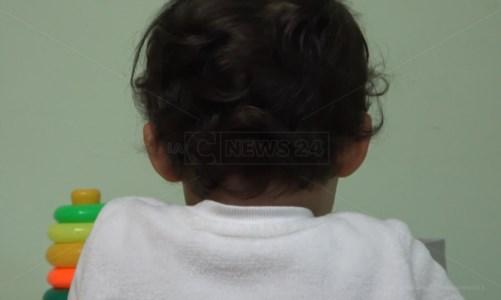 Soverato, negato l'ingresso a scuola al terapista di un bimbo autistico: il sindaco sospende le lezioni