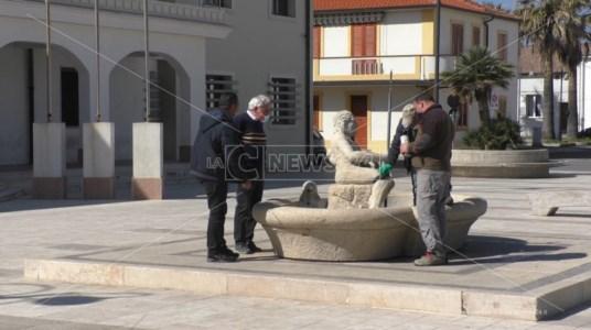 Il sindaco e gli operai alla fontana vandalizzata