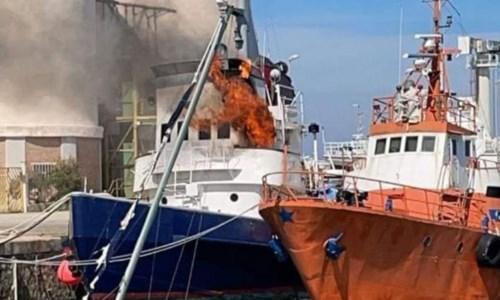 Crotone, in fiamme rimorchiatore nel porto: tratto in salvo un uomo