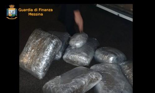 Attraversano lo Stretto con 35 chili di marijuana in un camion carico di ortaggi: arrestati