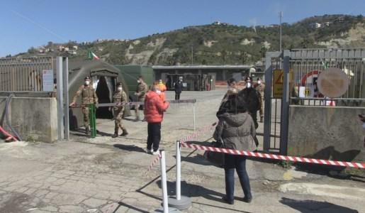 In coda per vaccinarsi davanti l'ospedale militare di Cosenza