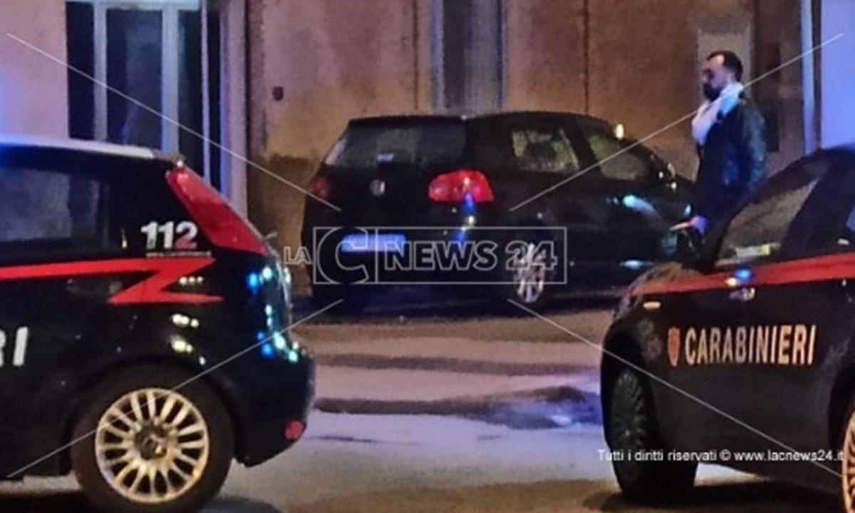 Al centro l'auto parcheggiata raggiunta dai colpi di pistola