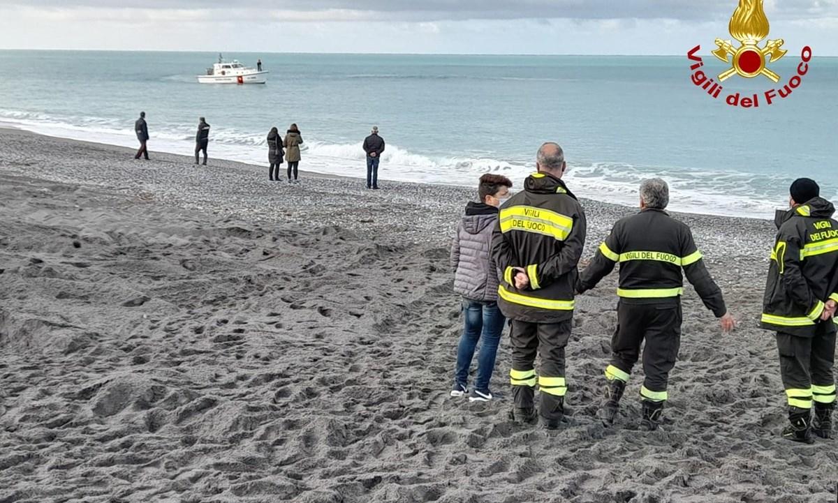 I vigili del fuoco sulla spiaggia di Scalea