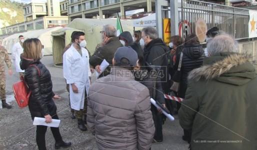 Stop vaccino AstraZeneca: le reazioni di chi l'ha appena fatto e chi attendeva in fila a Cosenza