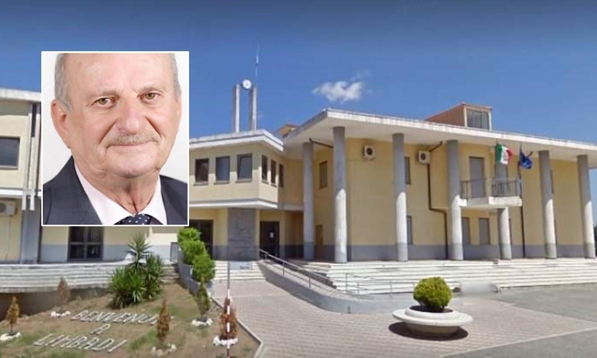 Il municipio di Limbadi e, nel riquadro, il sindaco Mercuri