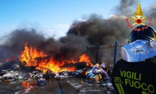 Incendio nei pressi del mercato ortofrutticolo di Crotone, disagi al traffico sulla 106