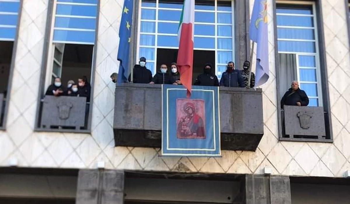 Gli attivisti affacciati dalle stanze del Comune