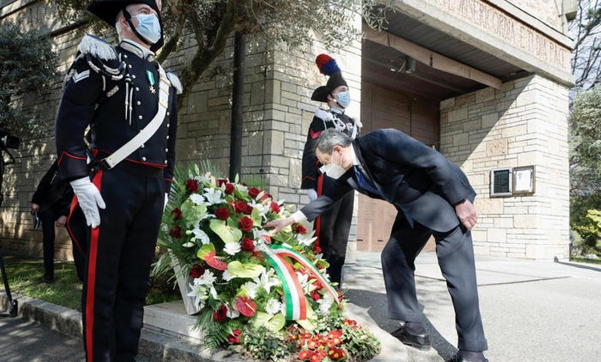 Il premier Draghi nel cimitero monumentale di Bergamo
