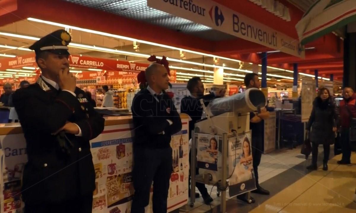 In foto uno dei punti vendita chiusi durante una protesta dei lavoratori avvenuta due anni fa
