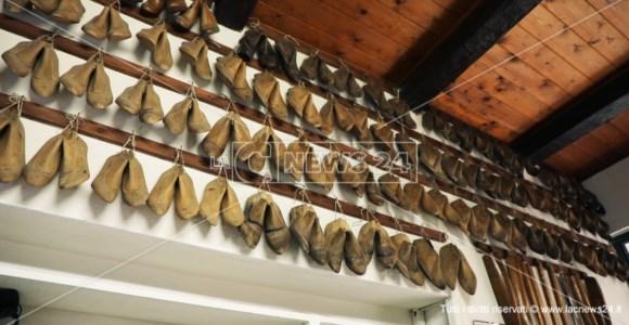 L'arte di Giuseppe, uno degli ultimi maestri delle calzature in Calabria