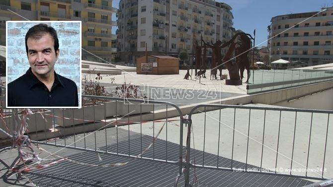 Piazza Bilotti ancora transennata ed interdetta al passaggio pedonale. Nel riquadro il sindaco Occhiuto