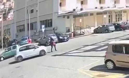 Paola, travolta da un'auto mentre attraversa la strada: tragedia sfiorata