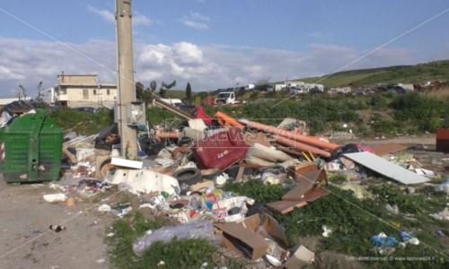 La discarica a cielo aperto nel quartiere Trafinello di Crotone